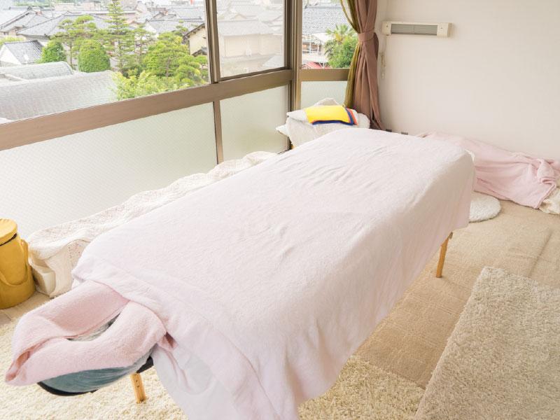 サトルボディヒーリングなどの施療で使用するマッサージベッドです。