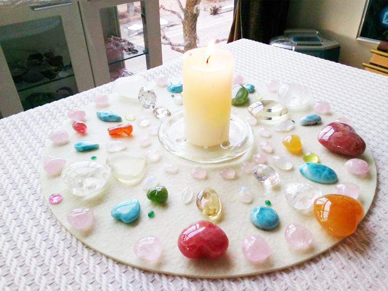 色彩療法で使用する様々なアイテム。